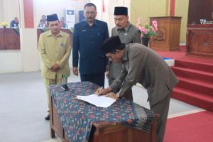 Penandatanganan Hasil Paripurna oleh Ketua Pimpinan Sidang
